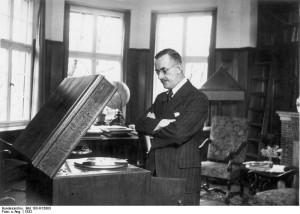 Zentralbild-Archiv Thomas Mann, bürgerlich-humanistischer Schriftsteller von Weltgeltung. geb.: 6.6.1875 in Lübeck gest.: 12.8.1955 Kilchberg (Schweiz) 1929 erhielt er den Nobelpreis. U.B.z: Thomas Mann in seinem Heim in München (1932) 13 661-32 [Scherl Bilderdienst]